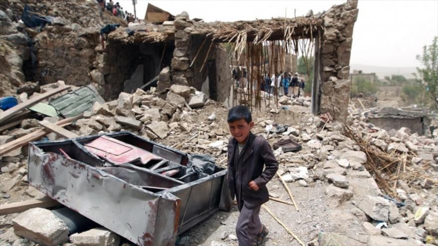 Un niño yemení pasa junto a los escombros de las casas destruidas en Yemen. (Foto: AFP)