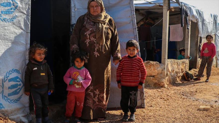 Una familia desplazada vive en una tienda de campaña improvisada en un campamento de la zona rural del norte de Alepo (Siria).