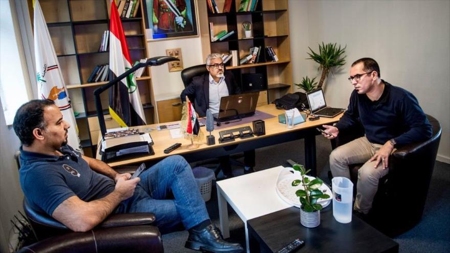 Habib Jabor (centro), líder del grupúsculo antiraní Al-Ahvazie, en una reunión con miembros del grupo terrorista. (Foto: EPA)