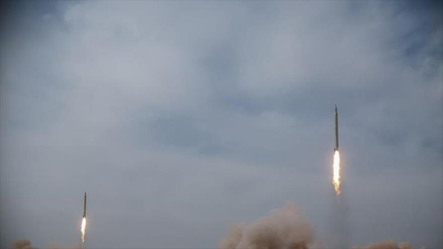 Lanzamiento de misiles durante un simulacro militar en el centro de Irán, 16 de enero de 2021.