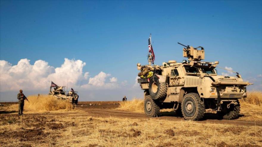 Tropas estadounidenses en vehículos blindados y combatientes de las FDS en la ciudad siria de Al-Qahtaniya, 13 de octubre de 2019. (Foto: AFP)