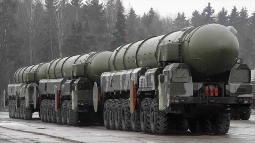 Un convoy de sistemas de lanza misiles balísticos intercontinentales Topol SS-25, del Ejército de Rusia. (Foto: AFP)