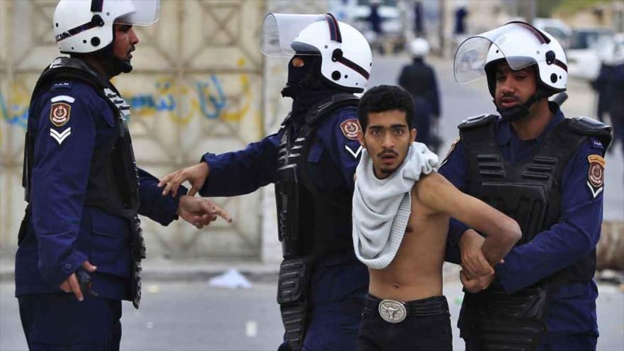 Agentes de policía bareiníes detienen a un joven durante una protesta antigubernamental.