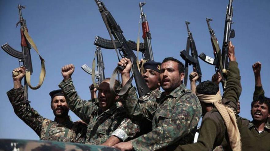 Soldados del Ejército de Yemen celebran su victoria en una batalla contra los agresores.