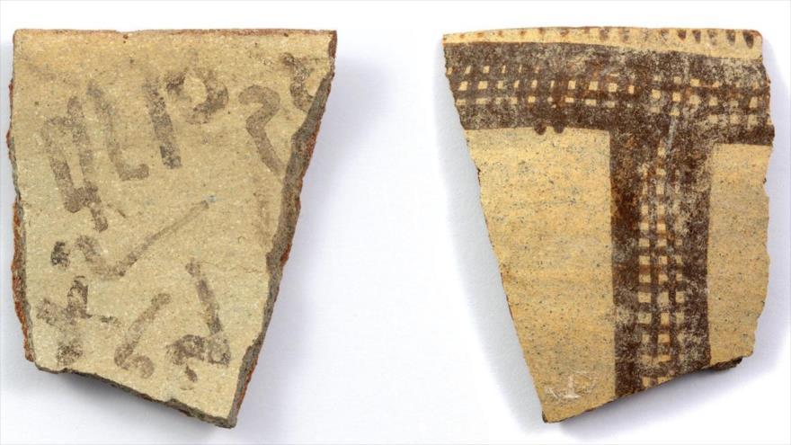 Fragmento de jarra encontrada por arqueólogos en la Palestina ocupada que sería parte del alfabeto más antiguo de la historia.