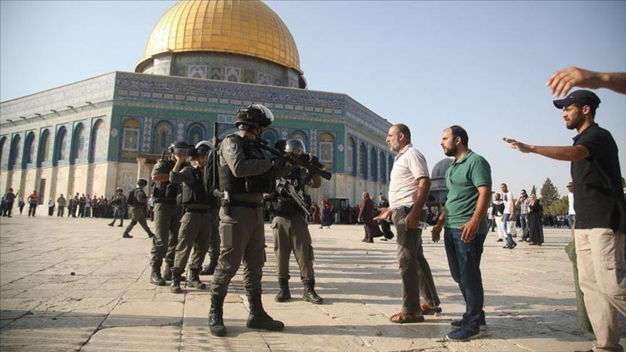 Miembros de la fuerzas israelíes discuten con varios fiEles musulmanes palestinos en la explanada de la Mezquita Al-Aqsa, situada en Al-Quds (Jerusalén).