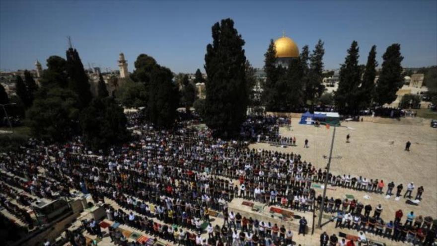 Palestinos rezan frente a la Cúpula de la Roca, en el complejo de la Mezquita Al-Aqsa, en Al-Quds, 16 de abril de 2021. (Foto: Reuters)