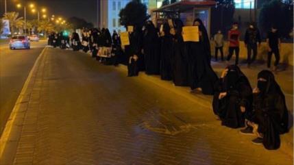 Madres de presos bareiníes protestan contra crímenes de Al Jalifa