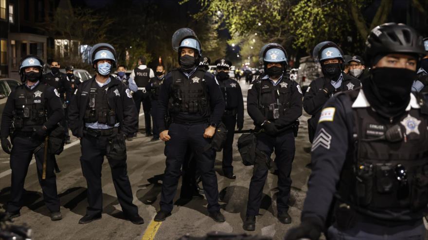 Los agentes policiales de EE.UU. durante una manifestación antirracista en la ciudad de Chicago, en el estado de Illinois. 16 de abril de 2021. (Foto: AFP)