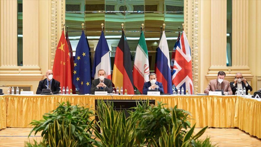 El vicecanciller para Asuntos Políticos de Irán, Seyed Abás Araqchi (2º de dcha.) en una reunión con representantes de G4+1 sobre PIAC, Viena (Austria), abril de 2021.