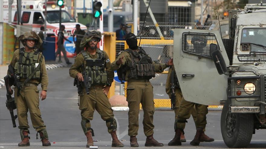 Las fuerzas de seguridad de Israel vigilan un puesto de control en la ocupada Cisjordania.