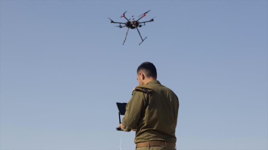 Un soldado israelí vuela un dron de combate en una base del ejército situado en los territorios ocupados palestinos.