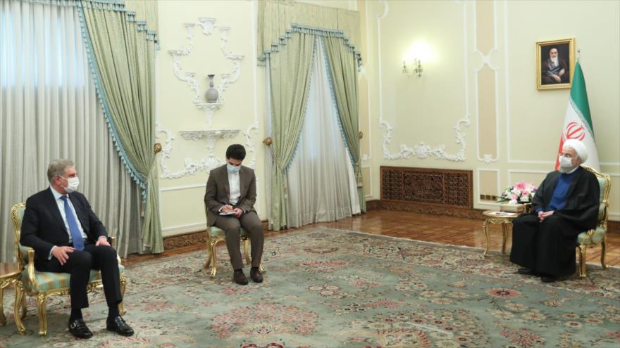 El presidente iraní, Hasan Rohani, recibe al canciller paquistaní, Shah Mahmood Qureshi, Teherán, 21 de abril de 2021. (Foto: president.ir)
