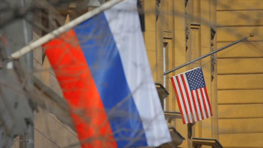 Banderas rusa y estadounidense ondean en la embajada de EE.UU. en Moscú, capital de Rusia. (Foto: EFE)