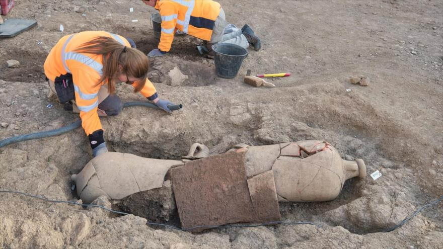 Hallan 40 esqueletos enterrados dentro de enormes jarrones