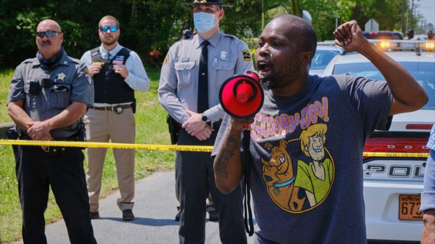 Manifestantes se reúnen cerca de la escena del tiroteo contra Andrew Brown Jr. en la ciudad de Elizabeth, Carolina del Norte. (Foto: AP)