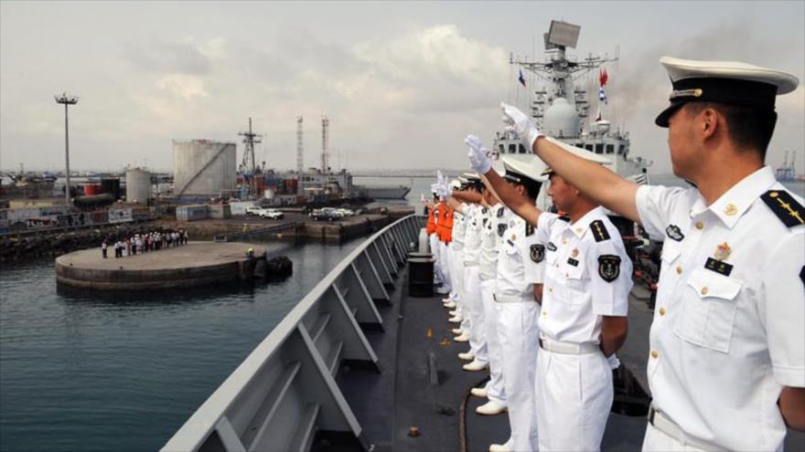 Un grupo de marineros chinos enfilados en un destructor de la Armada que sale de la base naval de Yibuti hacia el golfo de Adén. (Foto: Global Look Press)