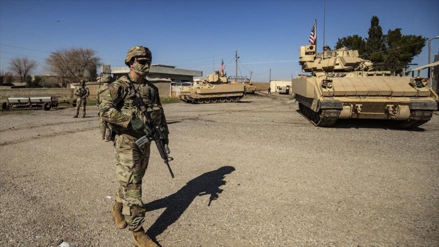 Un soldado estadounidense camina cerca de un vehículo de combate Bradley durante una patrulla en la provincia siria de Al-Hasaka, 2 de febrero de 2021. (Foto: AFP)