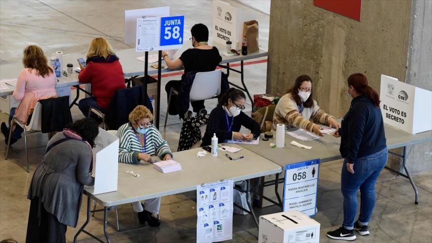 Ecuatorianos emiten su voto durante la segunda vuelta de las elecciones presidenciales en un colegio electoral, 11 de abril de 2021. (Foto: AFP)