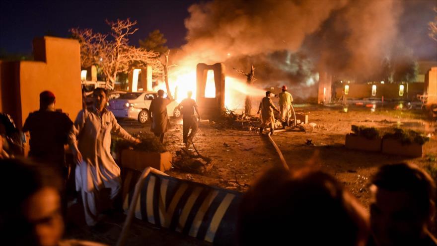 Se produce una explosión de coche bomba en el hotel Serena de la ciudad paquistaní Quetta, 21 de abril de 2021. (Foto: AFP)