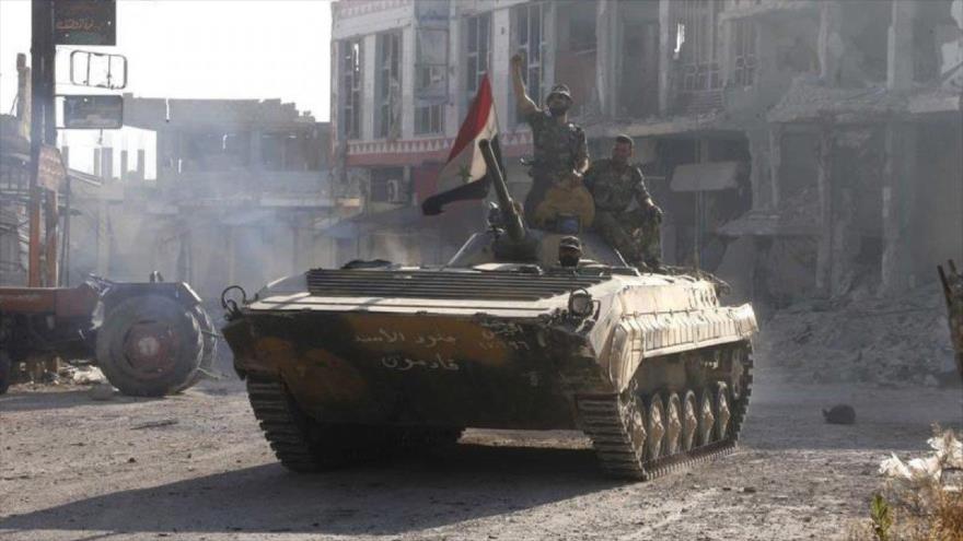 Las tropas sirias al borde de un tanque militar en el centro de Al-Qusair, en el oeste de Siria.