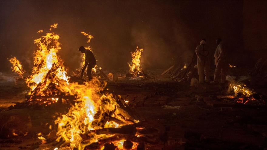 La gente incinera los cuerpos de las víctimas de la COVID-19 en un crematorio de Nueva Delhi, La India. (Foto: Reuters)