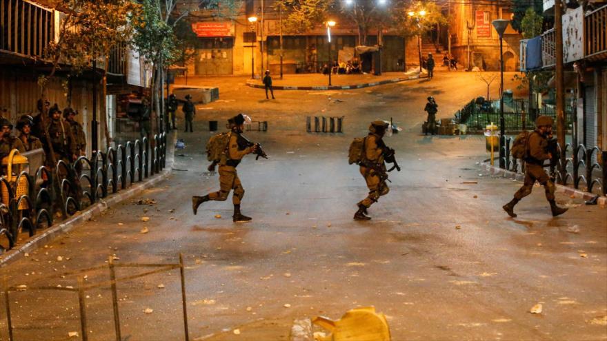 Soldados israelíes durante un enfrentamiento con palestinos en la ciudad de Al-Jalil, en la ocupada Cisjordania, 24 de abril de 2021. (Foto: AFP)