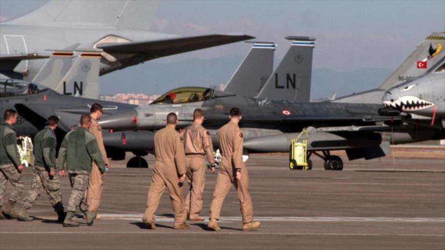 Fuerzas aéreas de EE.UU. caminan cerca de aviones militares en la base de Incirlik, en Turquía.