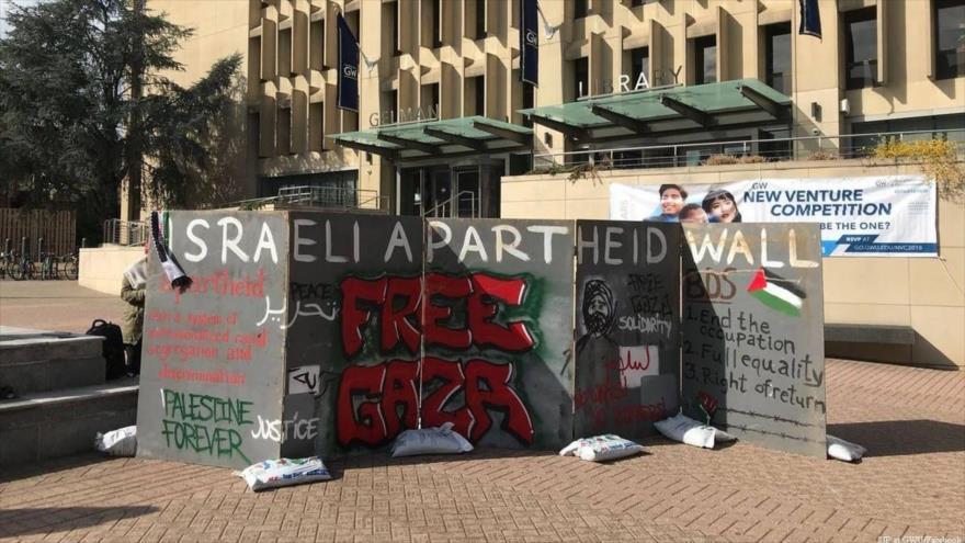 Estudiantes universitarios se reúnen en la Franja de Gaza para denunciar apartheid israelí contra palestinos.