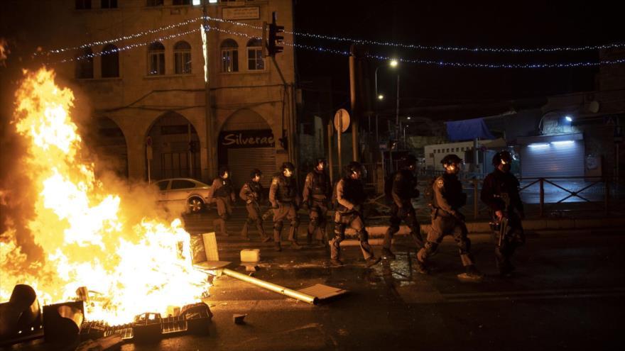 Fuerzas israelíes durante enfrentamientos con los manifestantes palestinos en la Ciudad Vieja de Al-Quds . (Foto: Getty Images)