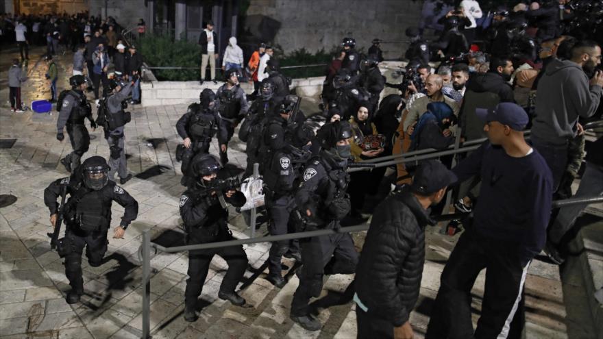 Fuerzas israelíes atacan a los manifestantes palestinos fuera de la Puerta de Damasco, en Al-Quds, 26 de abril de 2021. (Foto: AFP)