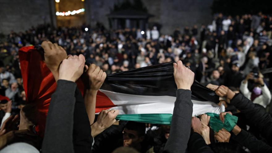 Manifestantes palestinos cerca de la Puerta de Damasco de la Mezquita Al-Aqsa, Al-Quds (Jerusalén), 26 de abril de 2021. (Foto: AFP)