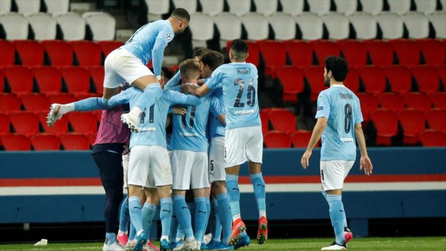 Kevin De Bruyne (C) marcó el tanto del empate para el Manchester City en París, 28 de abril de 2021. (Foto: EFE)