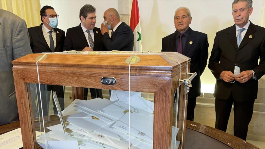 Una caja con los nombres de los candidatos a las elecciones presidenciales sirias, Damasco, capital, 29 de abril de 2021. (Foto: Reuters)