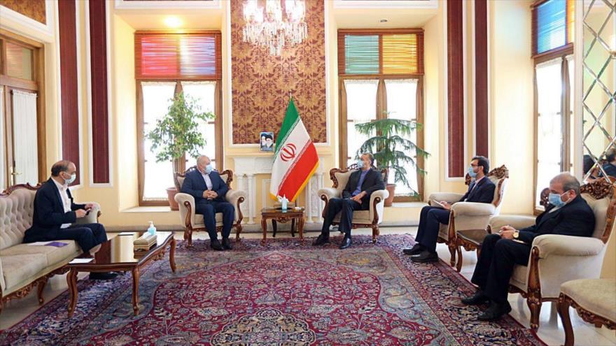 Asesor del presidente del Parlamento iraní, Hosein Amir Abdolahian (dcha.) y el representante de Yihad Islámica, Naser Abu Sharif, 29 de abril de 2021.