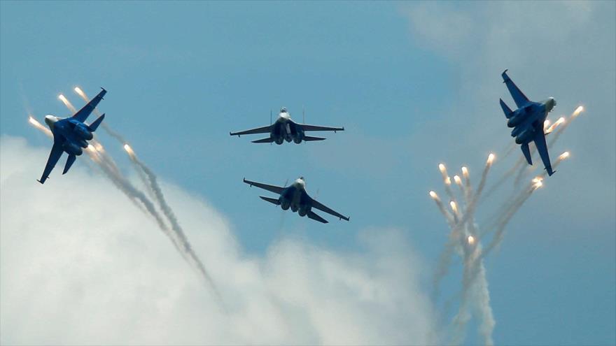 Aviones de combate Sujoi Su-27 rusos en pleno vuelo en Dubrovichi, en las afueras de Ryazan, Rusia. (Foto: Reuters)