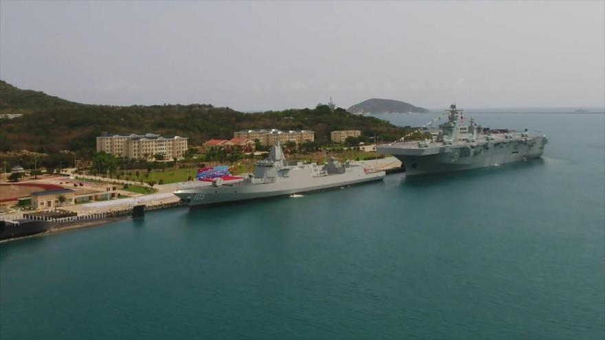 China pone en servicio el destructor Dalian y el buque de asalto anfibio Tipo 075, Hainan (dcha.), en Sanya (sur), 23 de abril de 2021. (Foto: Global Times)