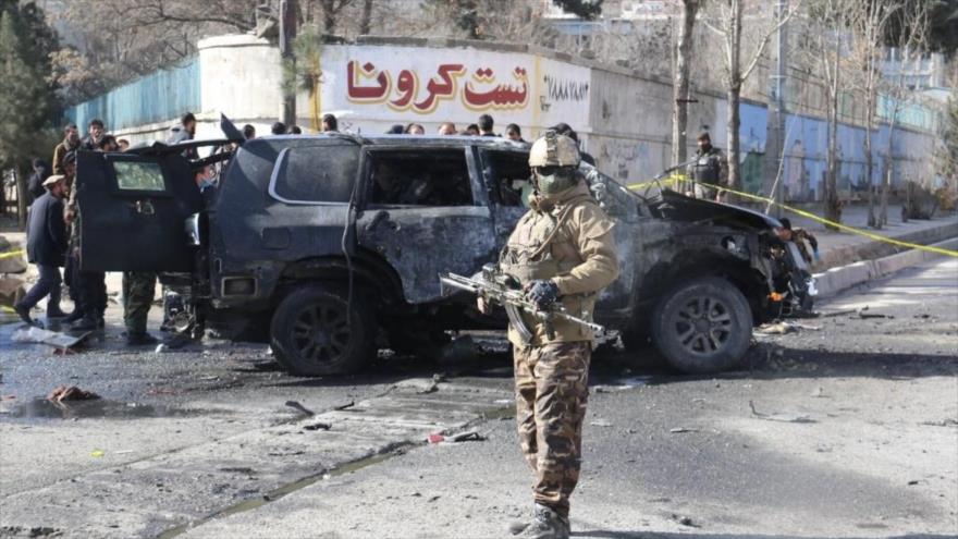 Las fuerzas de seguridad afganas en el lugar de un atentado con coche bomba en la ciudad de Kabul, la capital, 10 de febrero de 2021.