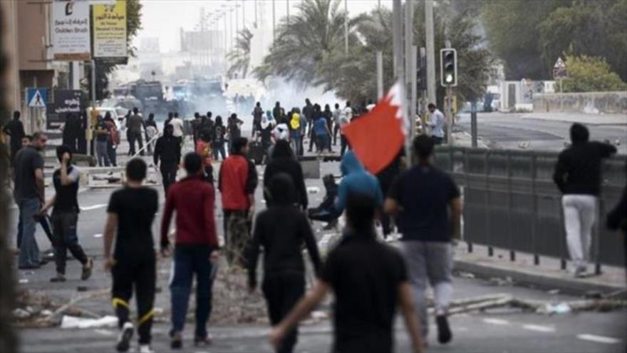 Las fuerzas de la Policía bareiní reprimen una protesta prodemocracia en Manama, capital.