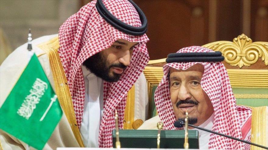 El rey saudí, Salman bin Abdulaziz Al Saud (dcha.), y el príncipe heredero saudí, Muhamad Bin Salman, en Riad, capital saudí.