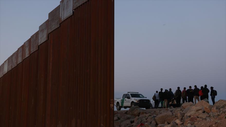 Solicitantes de asilo son detenidos por la patrulla fronteriza de EE.UU. en el muro fronterizo cerca de Yuma, Arizona, 19 de abril de 2021. (Foto: Reuters)