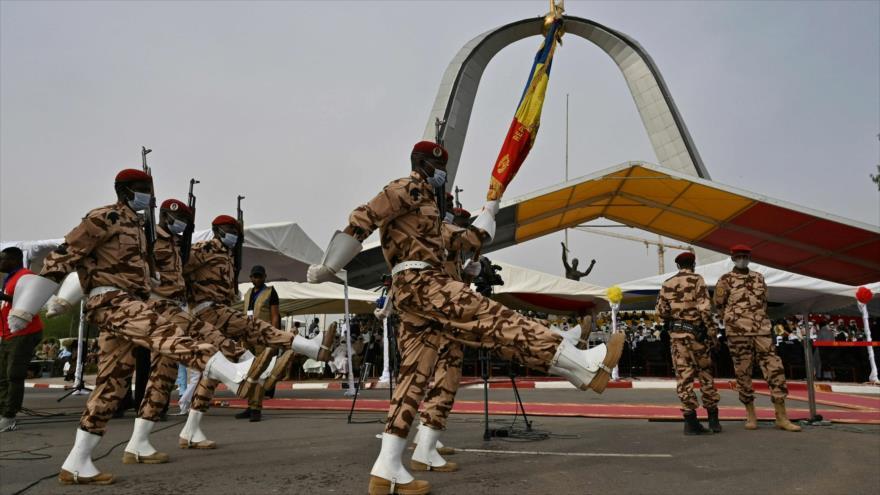 Los soldados del Ejército de Chad desfilan durante el funeral del fallecido presidente chadiano, Idriss Deby, en N´Djamena, 23 de abril de 2021. (Foto: AFP)