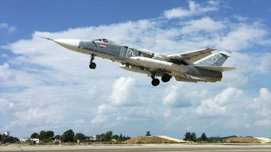 Un bombardero ruso Sujoi Su-24 en la base aérea de Jmeimim, en el noroeste de Siria.