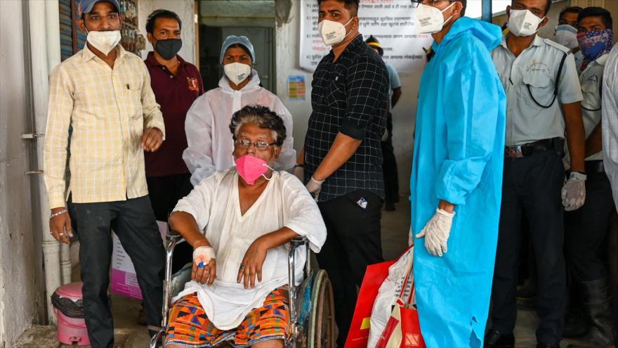 El personal indio traslada a un paciente del Hospital Vijay Vallabh en la ciudad de Virar, tras un incendio, 23 de abril de 2021. (Foto: AFP)