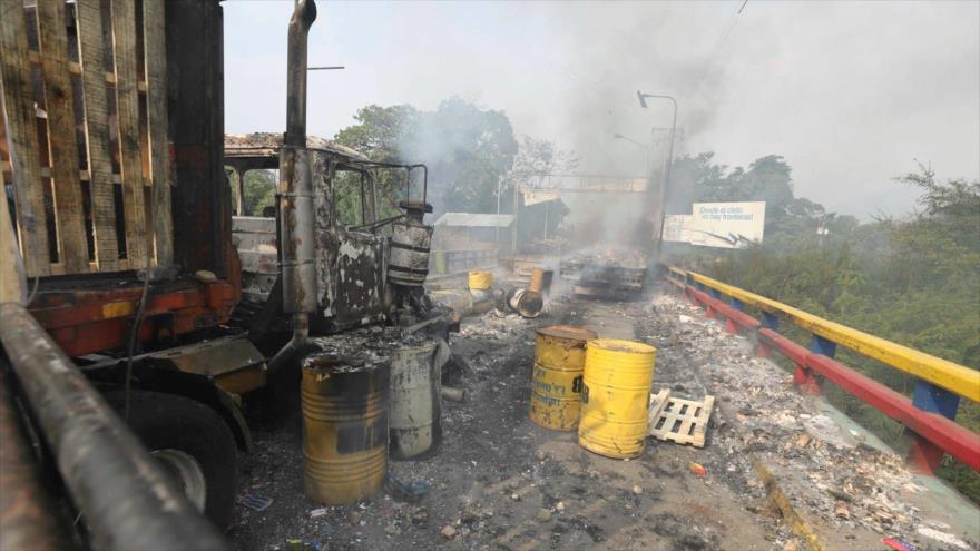 Camiones carbonizados que formaban parte del convoy de ayuda humanitaria de EE.UU. que trataba de cruzar a Venezuela desde Colombia. (Foto: AP)