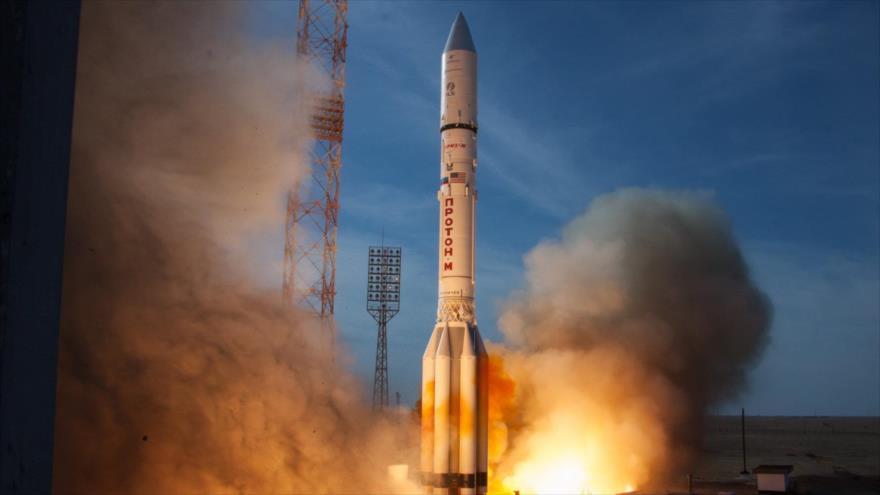Lanzamiento del cohete Protón-M, que traslada un satélite ruso al espacio.