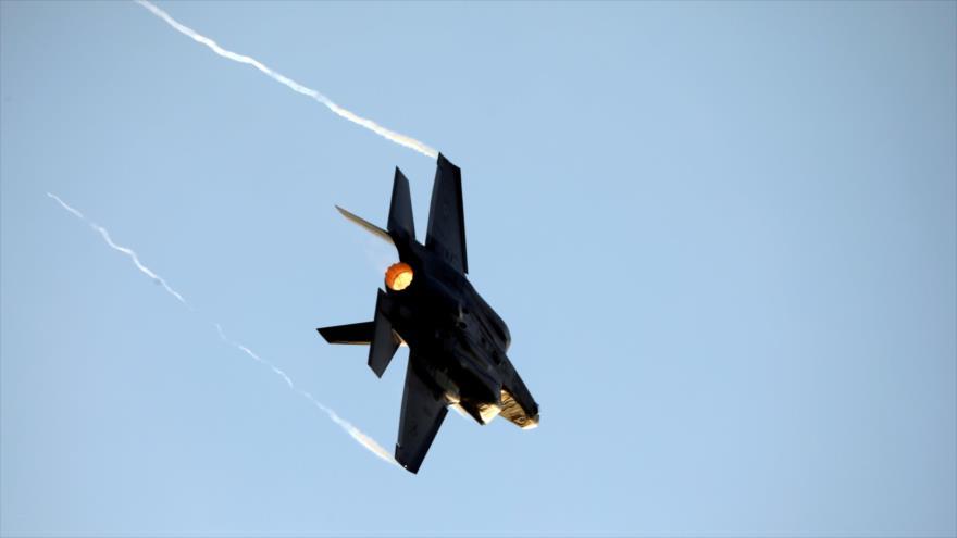 Un caza F-35 israelí en pleno vuelo en la base Hatzerim, en el sur de la ocupada Palestina. (Foto: Reuters)