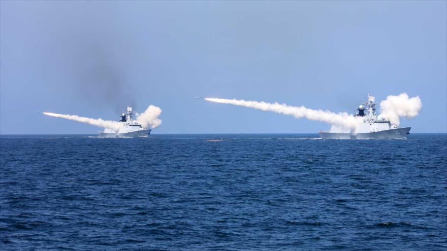 Buques de guerra chinos disparan misiles durante un simulacro de fuego real frente a la costa este de China. (Foto: Reuters)