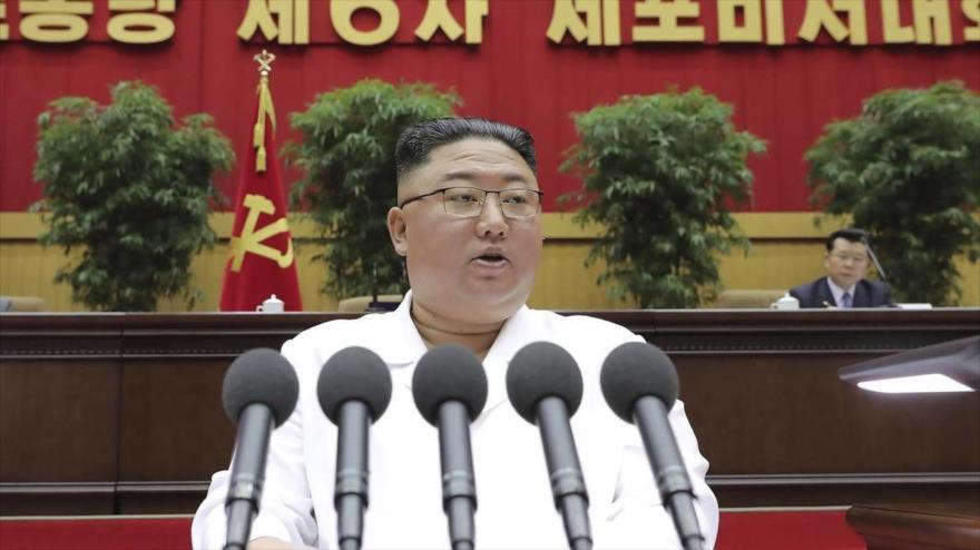 El líder norcoreano, Kim Jong-un, ofrece un discurso en una reunión del Partido de los Trabajadores de Corea del Norte en Pyongyang, 8 de abril de 2021. (Foto: AP)