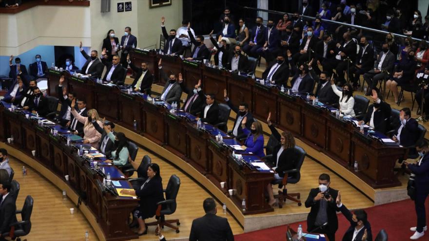 La Asamblea Nacional de El Salvador vota para admitir una iniciativa de destitución los jueces de la Sala Constitucional del CSJ, 1 de mayo de 2021. (Foto: AFP)